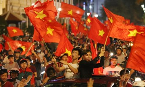 Cổ động viên Việt Nam ăn mừng đội tuyển U23 giành vé vào chung kết giải U23 châu Á ngày 23/1. Ảnh: Thành Nguyễn.