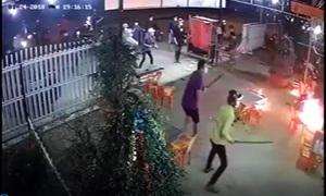 Chủ quán ném bom xăng chống trả hàng chục thanh niên đuổi chém