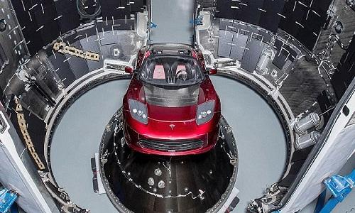Chiếc xe điện thể thaoTesla đặt ở đầu tên lửa Falcon Heavy. Ảnh: SpaceX.
