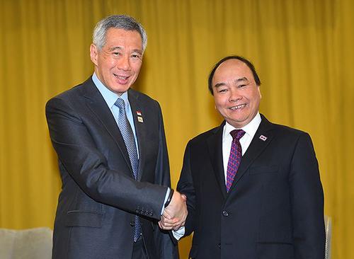 Thủ tướng Lý Hiển Long (trái) và Thủ tướng Nguyễn Xuân Phúc.