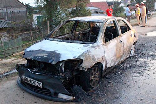 Ôtô 4 chỗ trơ khung sau vụ cháy. Ảnh: Đ.H