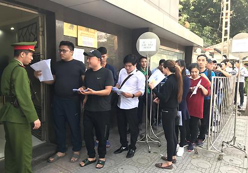 Các cổ động viên xếp hàng trước cửa Đại sứ quán Trung Quốc từ 2h chiều. Ảnh: Đoàn Loan