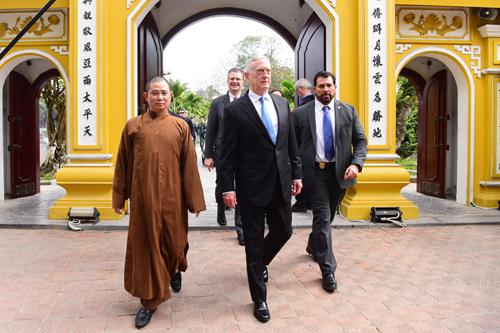 Bộ trưởng Quốc phòng Mỹ đến thăm chùa Trấn Quốc sáng nay. Ảnh: Giang Huy.