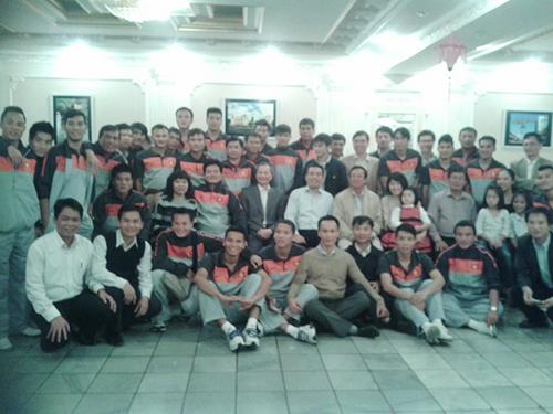 Đội tuyển quốc gia Việt Nam chụp ảnh lưu niệm tại nhà hàng của chịLưu Thị Tươi khi sangUzbekistan du đấu năm 2013. Ảnh: NVCC