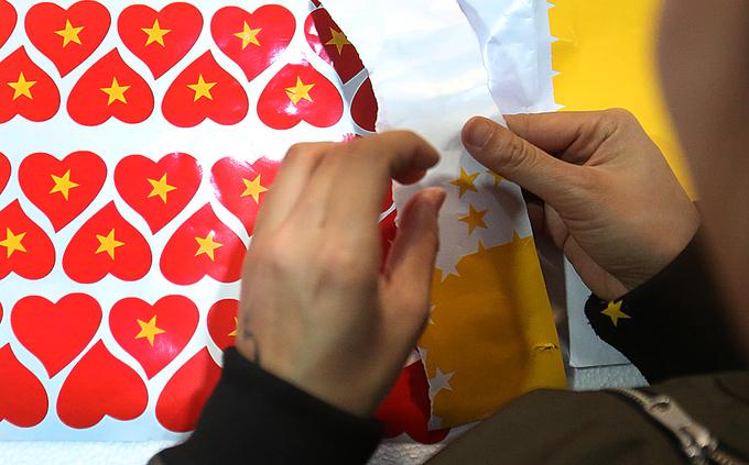 Phố Hàng Mã đắt hàng băng rôn, cờ đỏ - ảnh thể thao