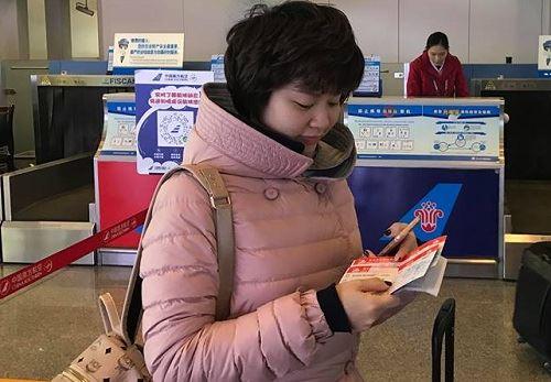 Chị Mai Hương, vợ anh Tuấn đang chờ chuyến bay đến Nam Kinh sáng nay. Ảnh: Phó Mạnh Tuấn.