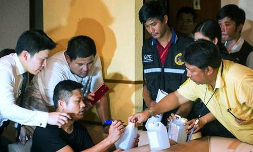 Cảnh sát Thái Lan kiểm tra một cơ sở massage trá hình ở thủ đô Bangkok. Ảnh: AFP