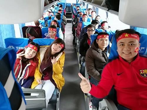 Anh Lê Đức Viên (ngoài cùng bên phải) trênHội cổ động viên Việt Nam trên đường từ Nam Kinh tới Thường Châu cổ vũ hôm 23/1