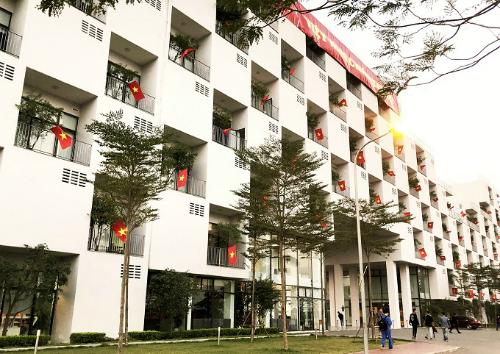 Tòa nhà hiệu bộ của Đại học FPT rợp cờ đỏ sao vàng. Ảnh: Phương Phạm