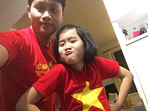 Anh Hoàng Phương, kiến trúc sư làm việc tại Pháp hơn 10 năm, cùng con gái lớn 7 tuổi mặc áo cờ đỏ sao vàng ủng hộ tuyển U23 Việt Nam.Ảnh: NVCC.