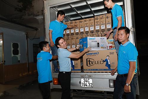 Chủ tịch Asanzo Phạm Văn Tam (thứ hai từ trái qua) vận chuyển hàng tặng người dân. Ảnh: Phương Nguyên