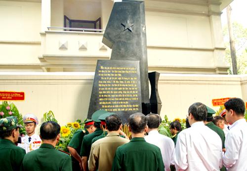 Bia tưởng niệm được đặt ở cổng sau Dinh Độc Lập(số 108 Nguyễn Du, quận 1). Ảnh: Trung Sơn.