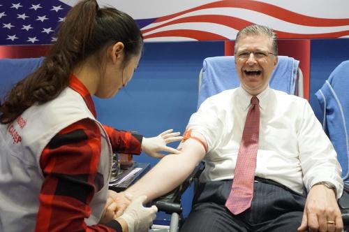 Đại sứ Mỹ chuẩn bị hiến máu .
