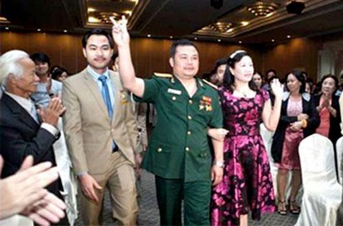 Lê Xuân Giang luôn xuất hiện với trang phục quân đội trong các buổi gặp gỡ nhà đầu tư.