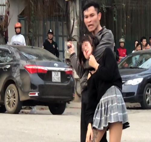 Kẻ ngáo đá cầm dao khống chế nữ sinh giữa đường. Ảnh: Thanh Tuấn