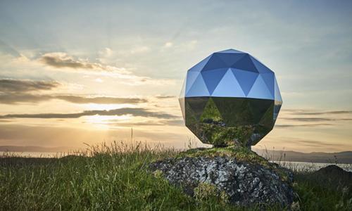 Vệ tinh Sao Nhân loại có hình dạng đặc biệt với các tấm phản chiếu ánh sáng Mặt Trời. Ảnh: Newsweek.