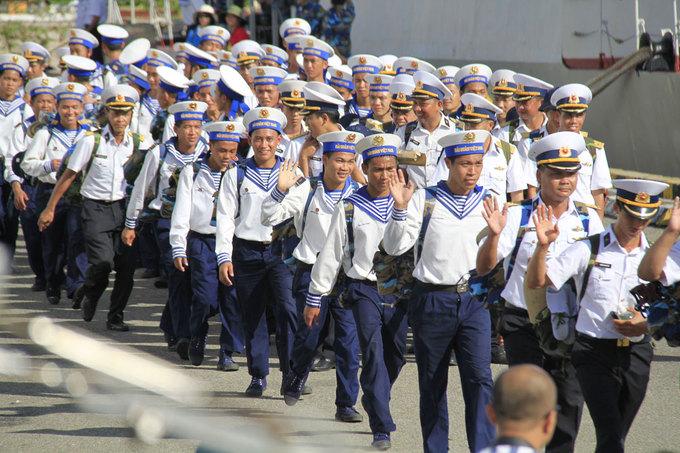 Thay quân ở Trường Sa mùa biển động