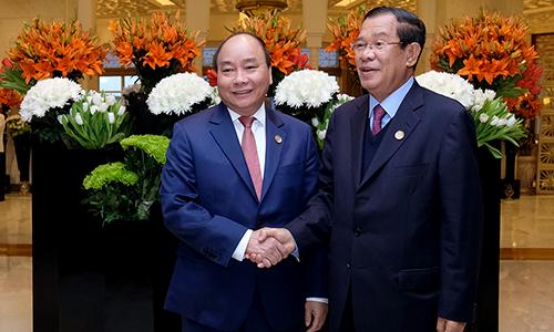 Thủ tướng Việt Nam Nguyễn Xuân Phúc, trái, và Thủ tướng Campuchia trong cuộc gặp tại New Delhi, Ấn Độ hôm nay. Ảnh: Chinhphu.vn