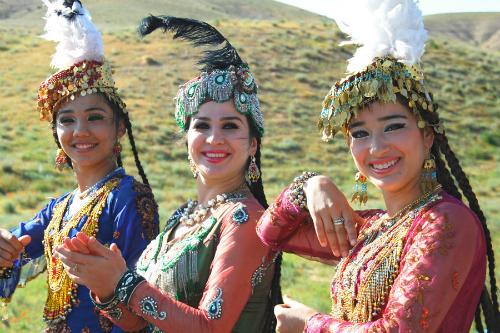 Các cô gáiUzbekistan nhảy múa trong trang phục truyền thống. Ảnh:advantour.