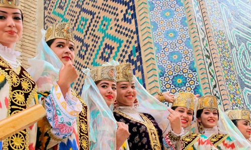 Các thiếu nữ Uzbekistan trong trang phục truyền thống. Ảnh: Uzbekistan.travel.