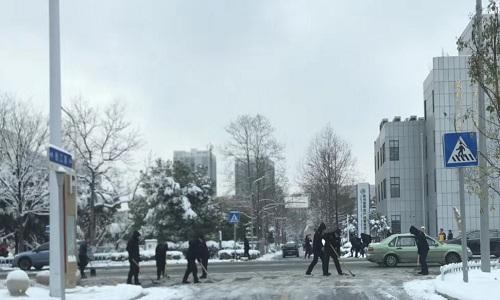 Người dân dọn tuyết trên đường phố Thường Châu sáng nay. Ảnh: Hải Yến.