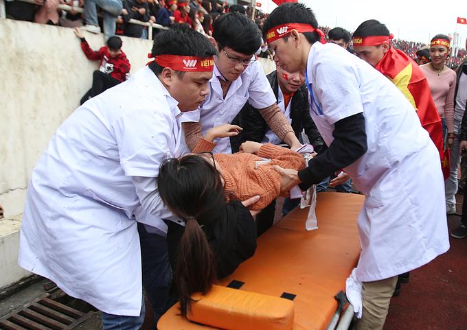 Sân Mỹ Đình quá tải trong trận chung kết, nhiều người bị thương