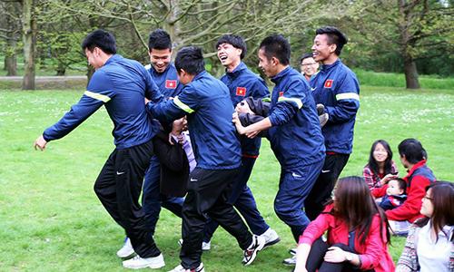 Các tuyển thủ U19 Việt Nam vui đùa sau trận giao hữu với các sinh viên ở Bỉ năm 2014. Ảnh: Dương Tú.