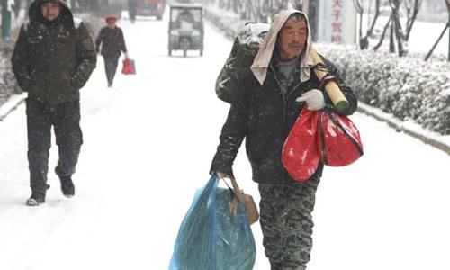 Ông Zhao trên đương đi bộ về nhà. Ảnh: News.160.com.