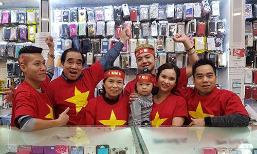 Một nhóm người Việt cổ vũ cho U23 Việt Nam tại trung tâm thương mạiĐồng Xuân, Berlin, Đức. Ảnh:Huy Thắng