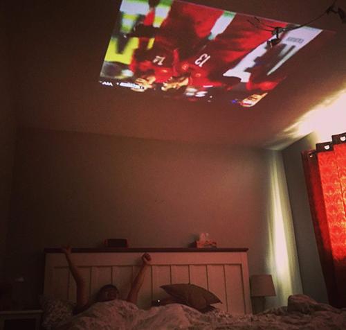 Vợ chồng chị Liên, anh Tuấn Anhxem bóng đá trên giường. Ảnh: NVCC