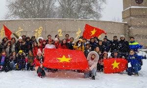 Khí thế hừng hực cổ vũ đội tuyển U23 của người Việt ở Trung Quốc