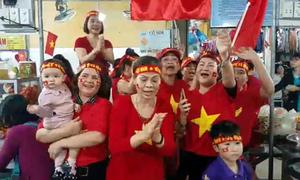 Tiểu thương Đà Nẵng hát mong Việt Nam chiến thắng