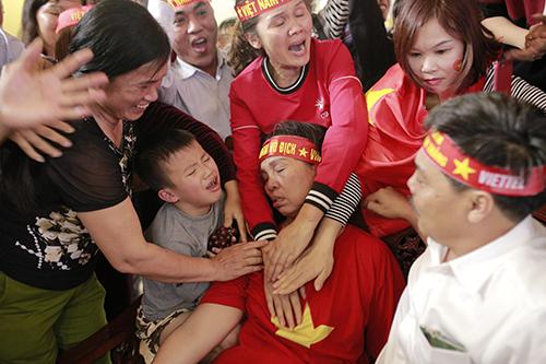 Mẹ trung vệ Tiến Dũng ngất xỉu sau màn gỡ hoà của tuyển U23 Việt Nam. Ảnh: Đức Hùng.