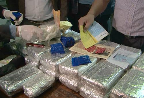 Cảnh sát kiểm đếm ma túy. Ảnh: Thanh Tuấn