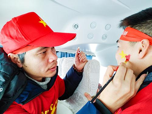 Anh Thưởng vẽ mặt cho bạn Trịnh Thanh Hải, sinh viên Đại học Khoa học Công nghệ Nam Kinh. Ảnh: Đức Tống.