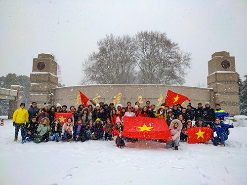 Đoàn lưu học sinh Nam Kinh trước khi xuất phát. Nam Kinh đang có bão tuyết. Ảnh: Hội LHS Nam Kinh.