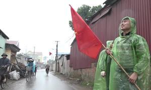 Người dân đội mưa đến nhà Quang Hải cổ vũ