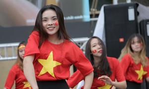 Nữ sinh Tài chính nhảy cổ vũ đội tuyển U23 Việt Nam