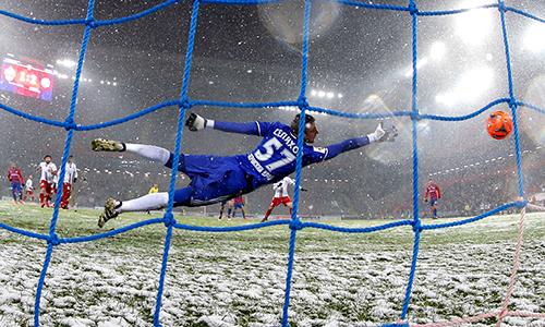 Tuyết rơi khiến trái bóng trơn trượt và khó kiểm soát với các thủ môn. Ảnh:Mikhail Japaridze.