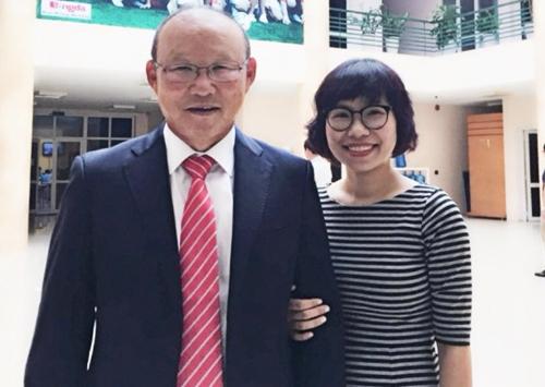 Chị Thu Trang và ông Park Hang Seo chụp ảnh lưu niệm.