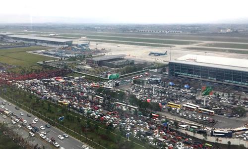 Sân bay Nội Bài tắc nghẽn. Ảnh: Hải Đây.