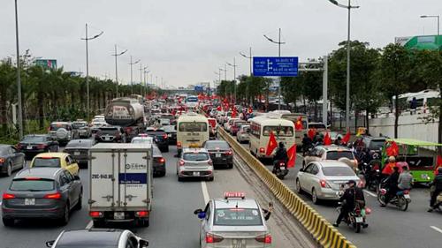 Tại cửa ngõ sân bay, giao thông trở nên đông đúc vì hàng đoàn xe tiến sát.