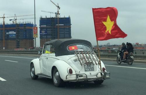 Lá cờ Tổ quốc tung bay. Ảnh: Hoàng Linh.