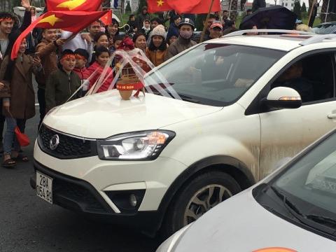 Xe cộ đổ ra đường đón U23 Việt Nam về nước - 7