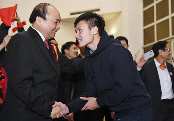 Thủ tướng đã bắt tay từng tuyển thủ khi gặp mặt. Ảnh: Giang Huy