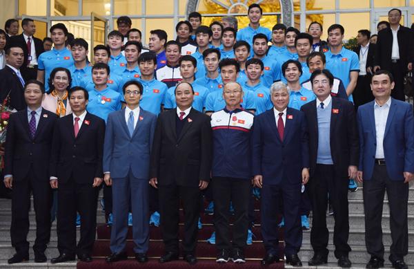 Thủ tướng chụp hình lưu niệm cùng Đoàn đội tuyển U23 Việt Nam. Ảnh: Giang Huy