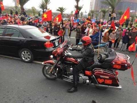 Chiếc Harley dán cờ đỏ sao vàng khắp xe.