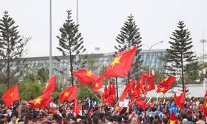 Dòng người chen chúc đón U23 Việt Nam ở Nội Bài