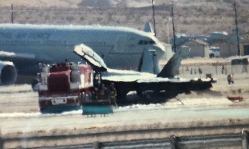 Chiếc EA-18G sau khi được dập lửa. Ảnh: Elena McIntyre.
