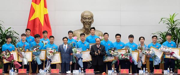 Thủ tướng nói các tuyển thủ U23 đã vô địch trong trái tim 90 triệu người dân. Ảnh: Giang Huy
